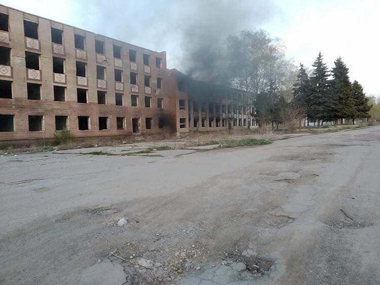 В Лозовой тушили тлеющее здание бывшего завода, фото-1