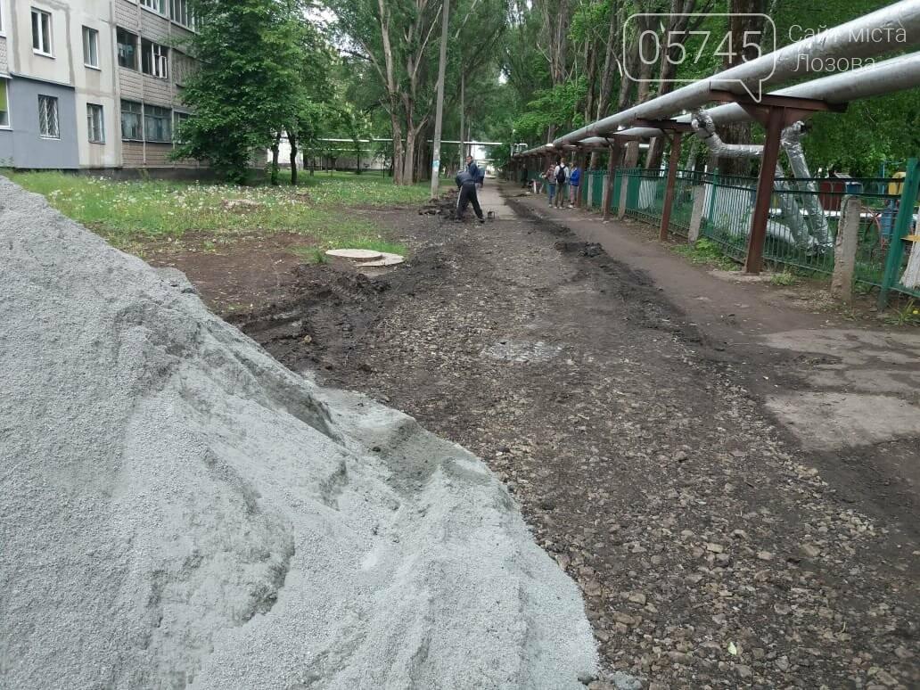 В Лозовой укладывают новый тротуар , фото-2