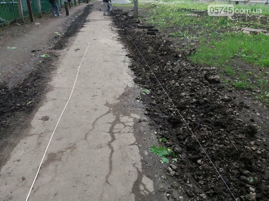 В Лозовой укладывают новый тротуар , фото-5