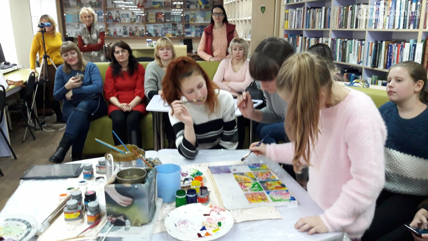 В детской библиотеке учили рисовать по ткани методом «Горячий батик», фото-15