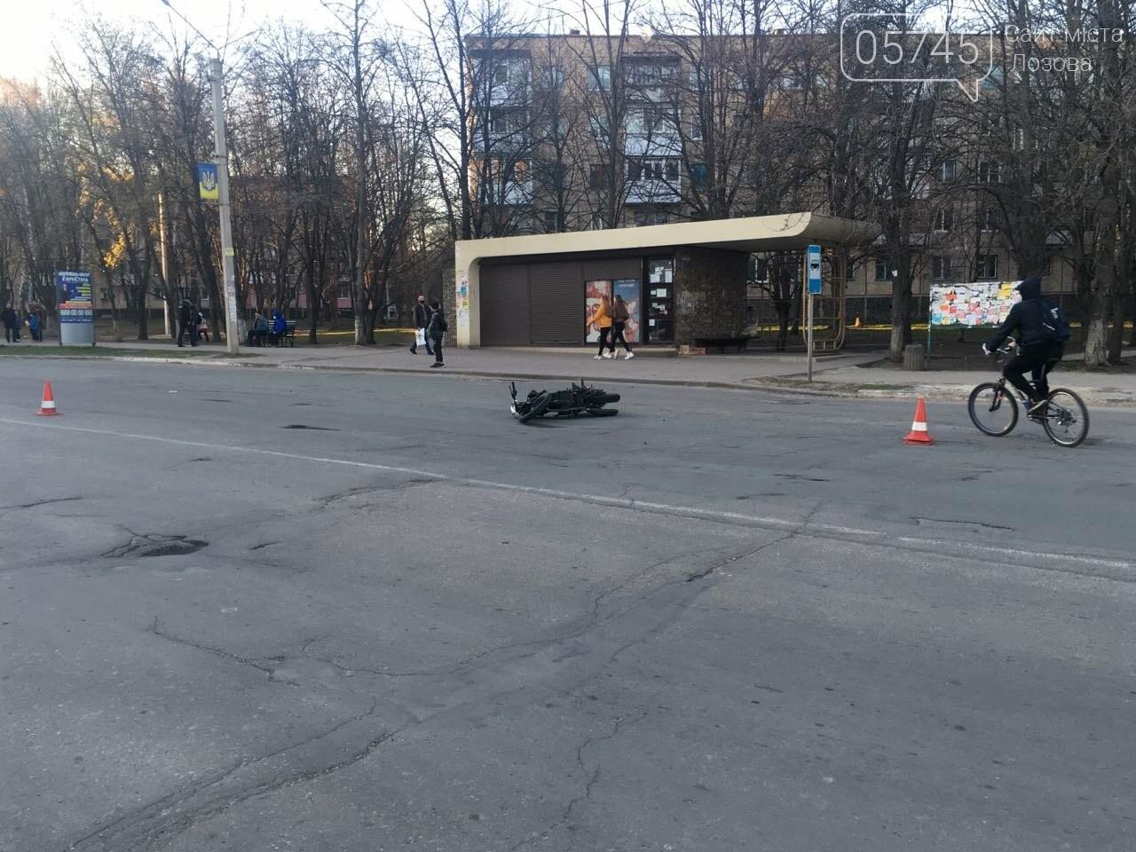 В Лозовой автомобиль сбил мотоцикл, есть пострадавшие (ФОТО), фото-1