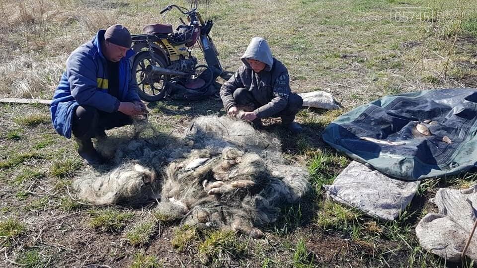 Опасные хитрости: браконьеры на Лозовщине ставят сети на рыбу и ежи для прокола колес, фото-1