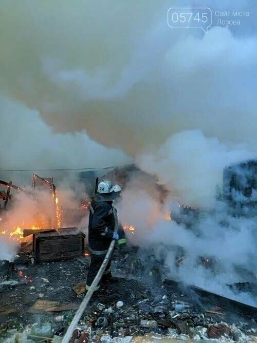 На Лозовщине из-за пожара полностью сгорела деревянная пристройка жилого дома, фото-1