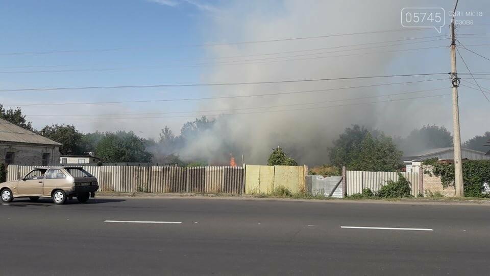 Огонь перекинулся с сухостоя на сарай: лозовские спасатели тушат пожар в центре города , фото-6