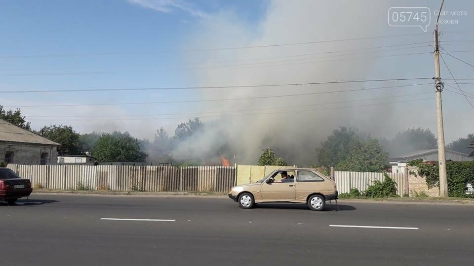 Огонь перекинулся с сухостоя на сарай: лозовские спасатели тушат пожар в центре города , фото-4