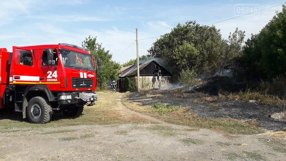 Огонь перекинулся с сухостоя на сарай: лозовские спасатели тушат пожар в центре города , фото-5