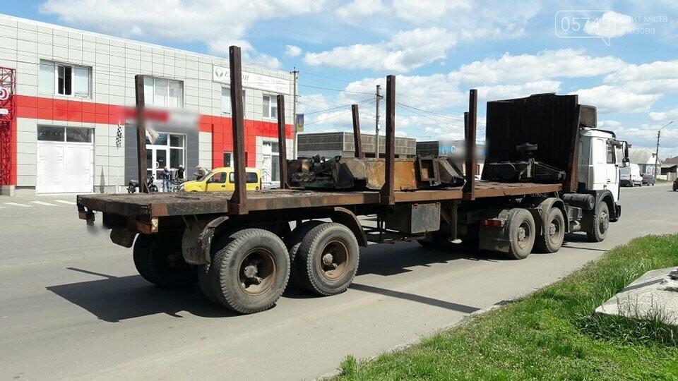 Перепона на дорозі: у Лозовій з вантажівки випав верстат, фото-5