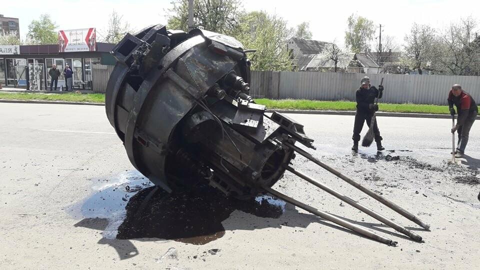 Перепона на дорозі: у Лозовій з вантажівки випав верстат, фото-3