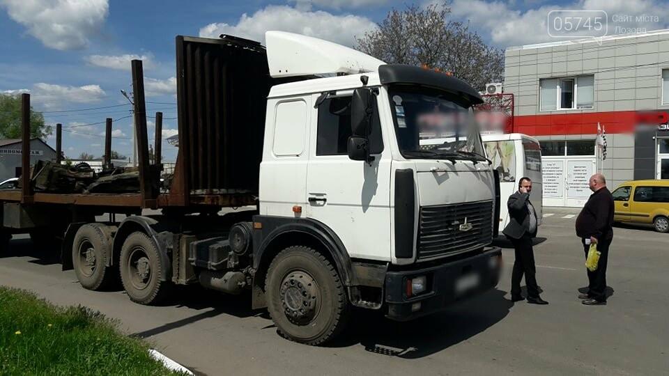 Перепона на дорозі: у Лозовій з вантажівки випав верстат, фото-7