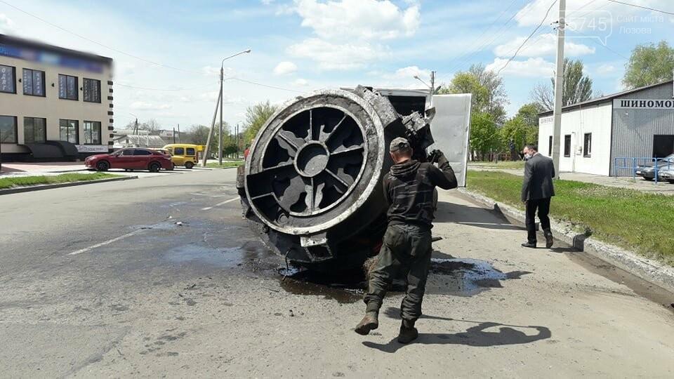 Перепона на дорозі: у Лозовій з вантажівки випав верстат, фото-1