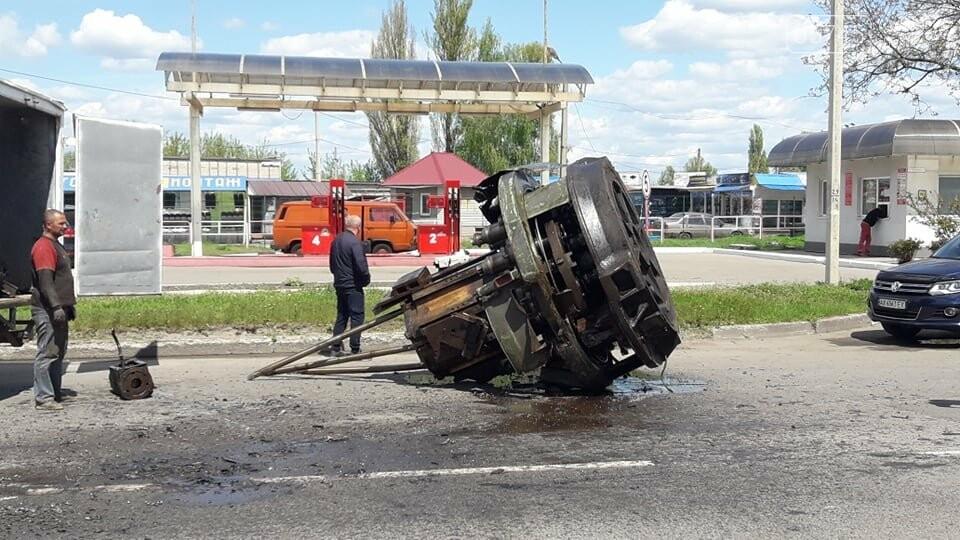 Перепона на дорозі: у Лозовій з вантажівки випав верстат, фото-2