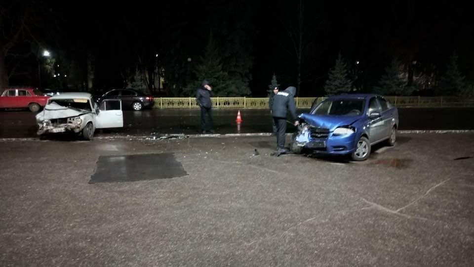 Под Лозовским горсоветом произошло  столкновение 2 автомобилей. Есть пострадавшие (Видео), фото-2