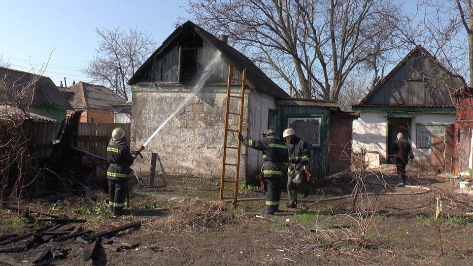 В Лозовой, в одном из дворов, сгорела крыша летней кухни, фото-3