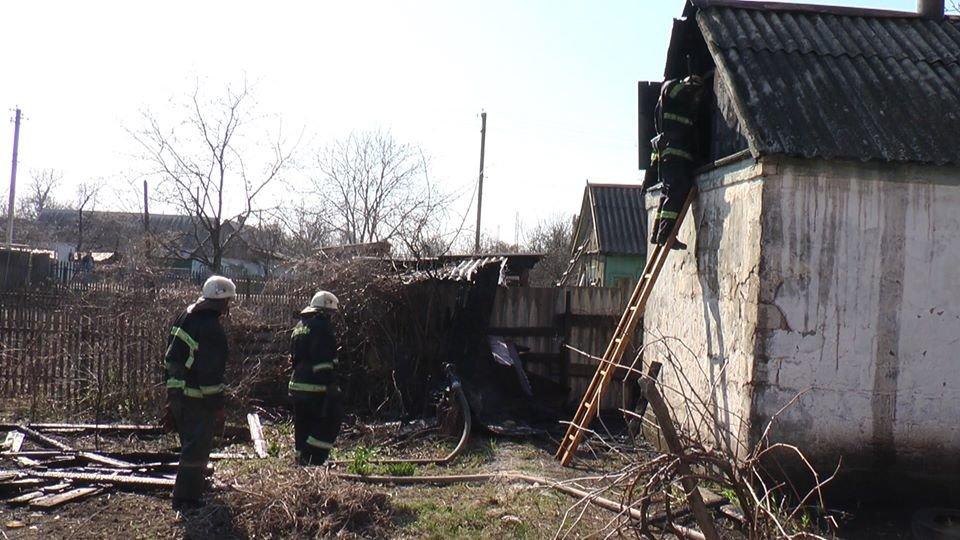 В Лозовой, в одном из дворов, сгорела крыша летней кухни, фото-1