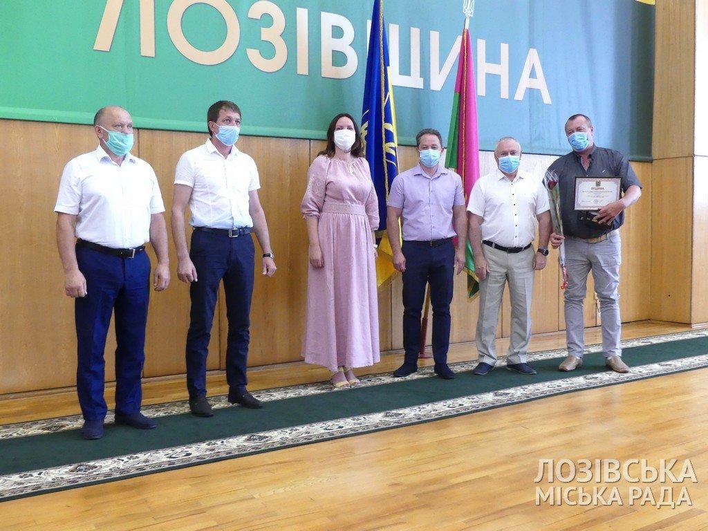 Грамоты и подарки: жителей Лозовщины наградили ко Дню Конституции и молодежи , фото-2