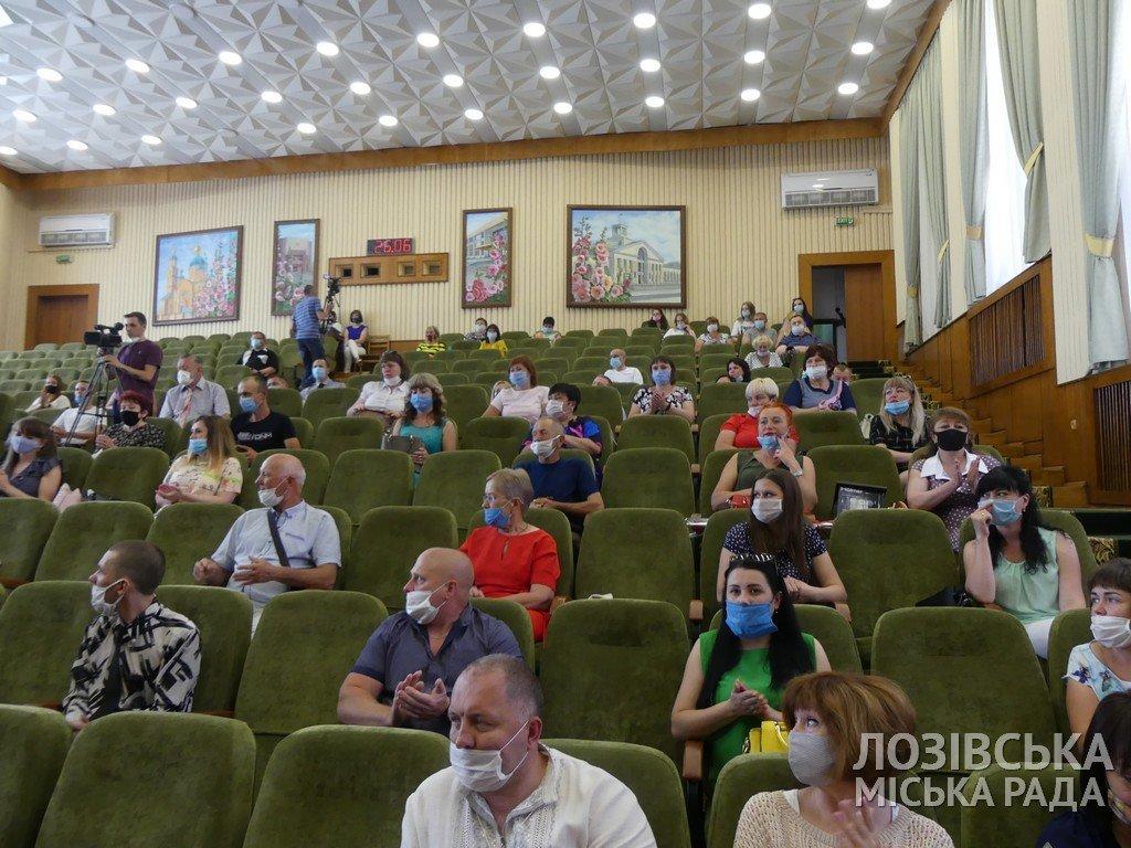 Грамоты и подарки: жителей Лозовщины наградили ко Дню Конституции и молодежи , фото-1
