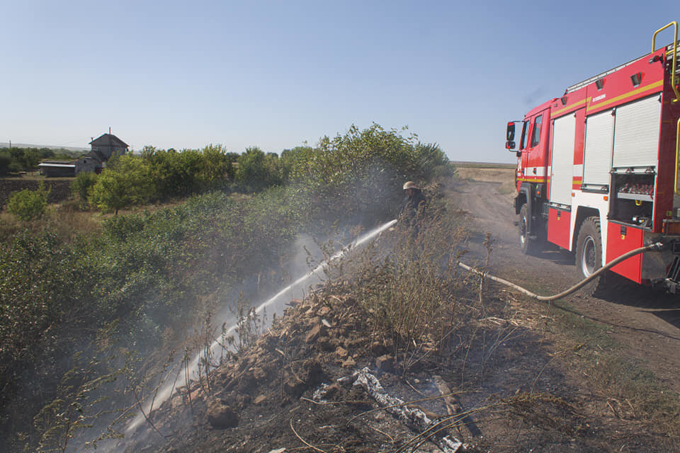 Лозовские спасатели 5 раз за день тушили возгорания сухой травы, фото-2
