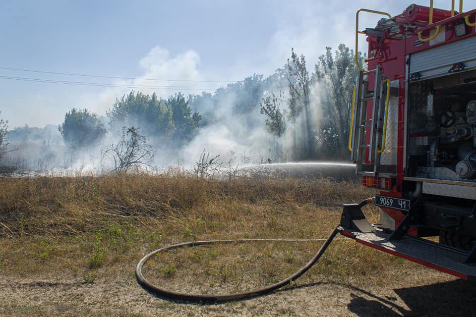 Лозовские спасатели 5 раз за день тушили возгорания сухой травы, фото-1