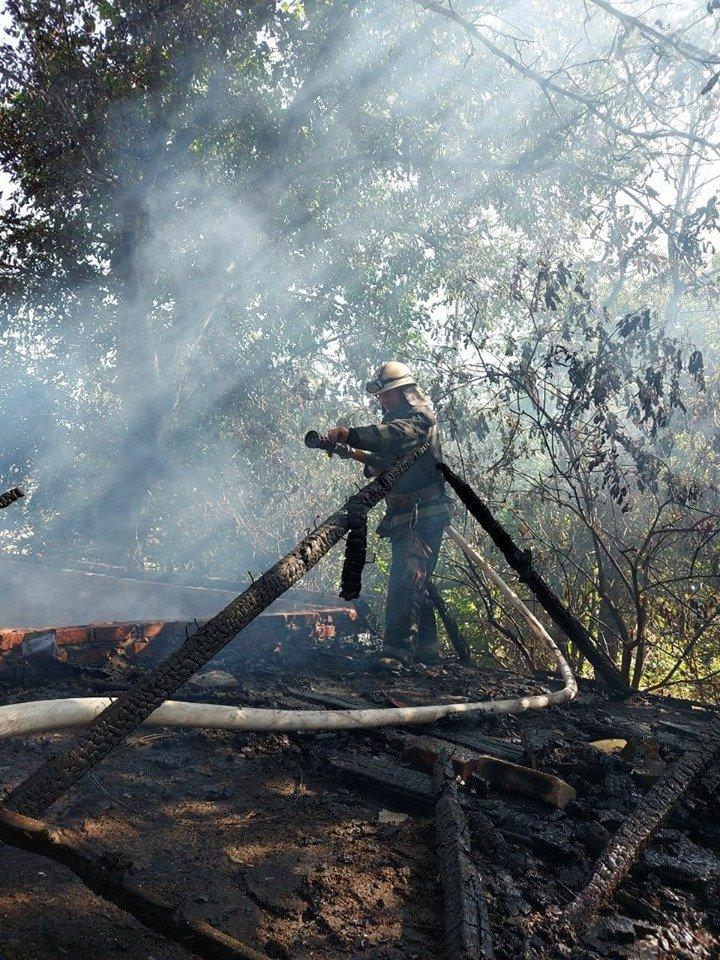 В Лозовой сгорела крыша заброшенной хозпостройки, фото-1