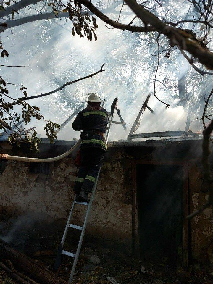 В Лозовой сгорела крыша заброшенной хозпостройки, фото-3