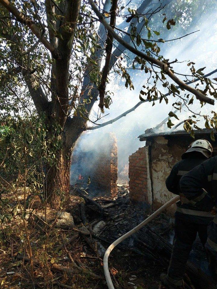 В Лозовой сгорела крыша заброшенной хозпостройки, фото-2