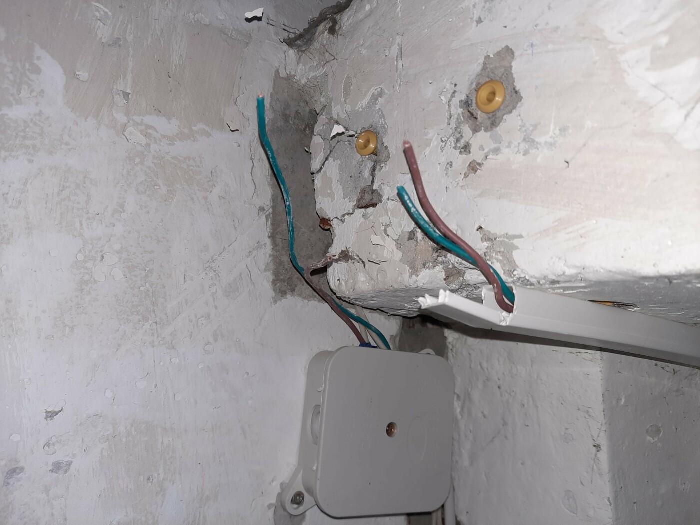 Потёмки в подъезде: в лозовском ОСББ украли светильник и датчики движения, фото-1