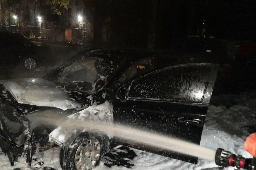Подожгли ночью: В Лозовой сгорел автомобиль, фото-2