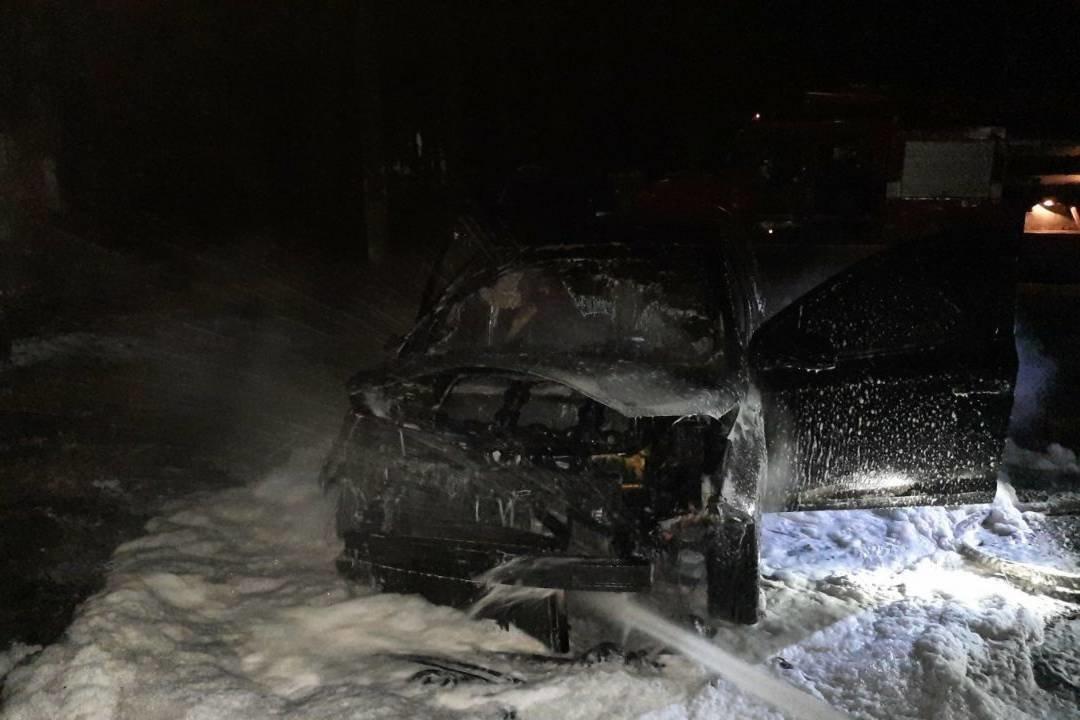 Подожгли ночью: В Лозовой сгорел автомобиль, фото-1