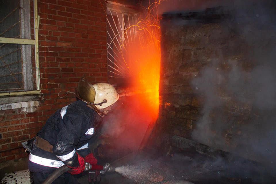 Загорелась крыша: на Лозовщине, в жилом доме, случился пожар, фото-1