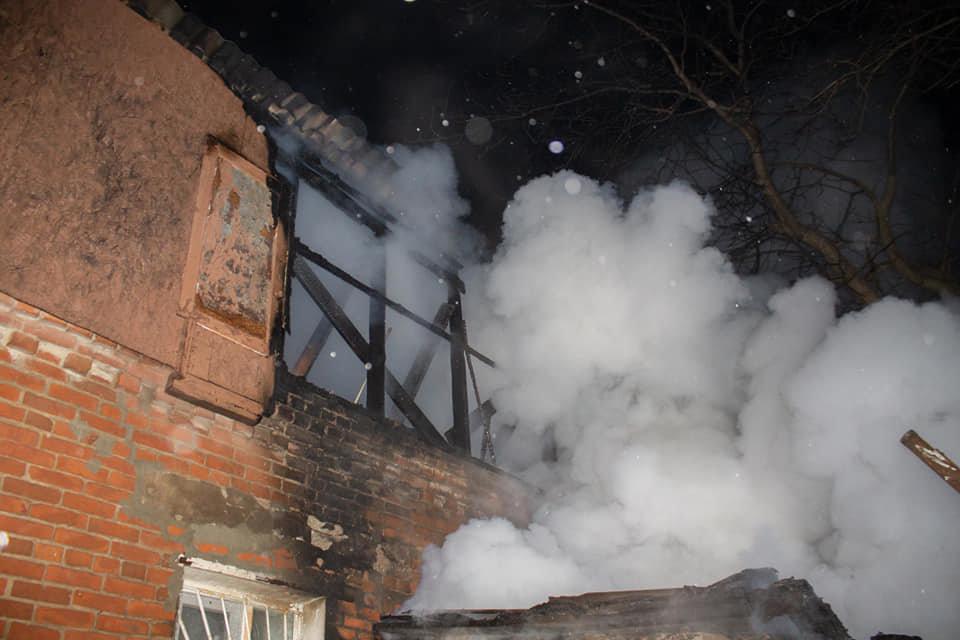 Загорелась крыша: на Лозовщине, в жилом доме, случился пожар, фото-3