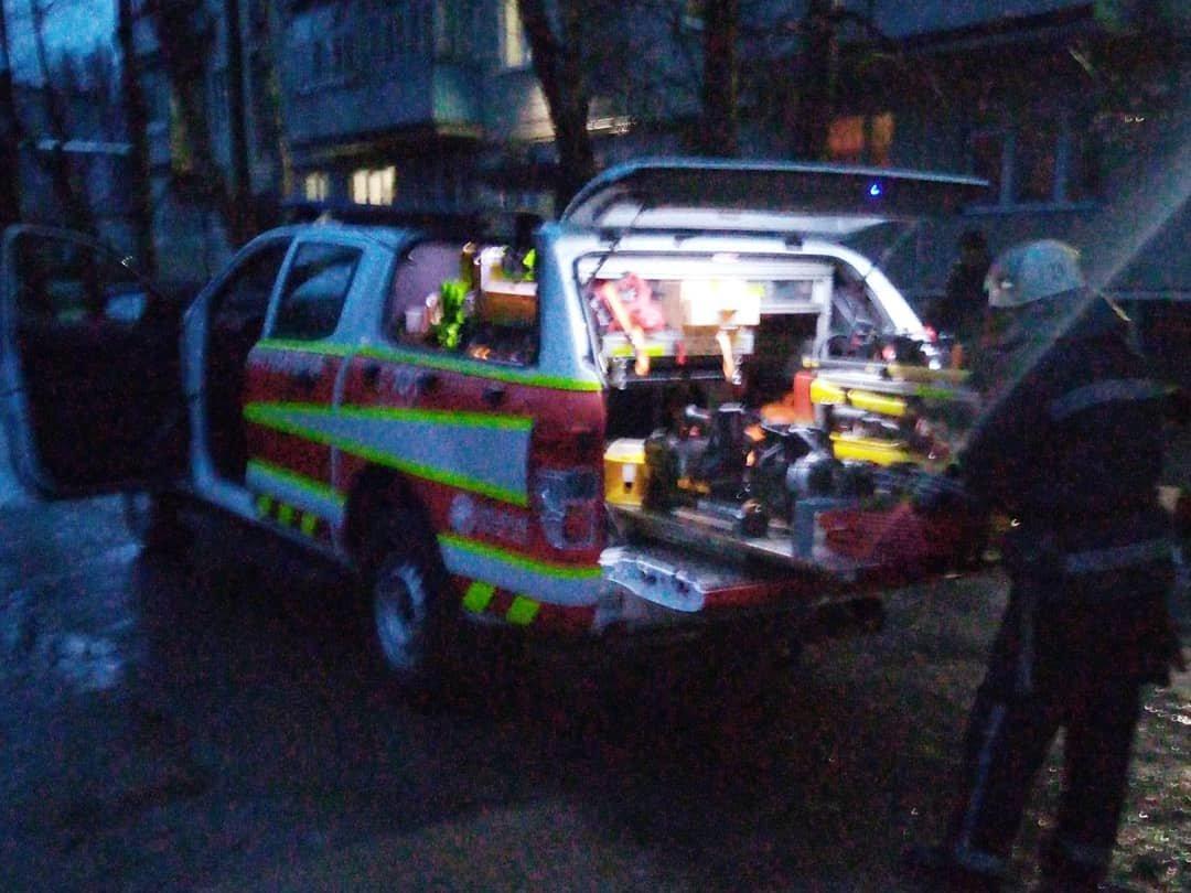 Зачинилася на балконі: лозівські рятівники визволили літню жінку, фото-1