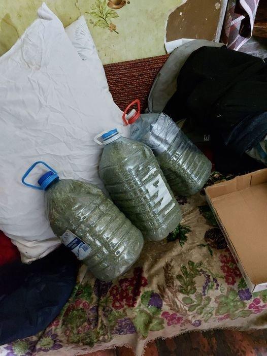 На Лозівщині чоловік зберігав вдома 7 кілограмів канабісу, фото-1