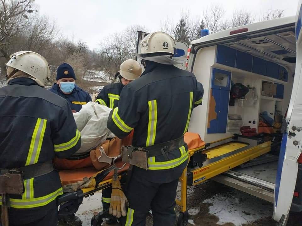 """На Харківщині, через бездоріжжя, медики не змогли доїхати до пацієнта: до """"швидкої"""" його несли 2 кілометри, фото-1"""