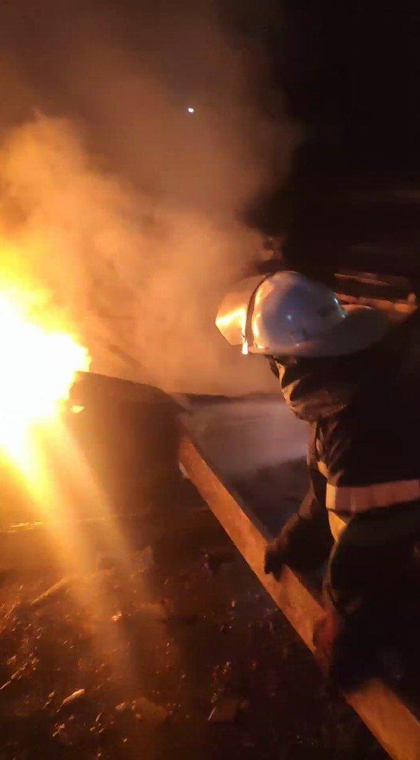 На Лозівщині рятувальники ліквідували пожежу у 3 господарчих спорудах, фото-1