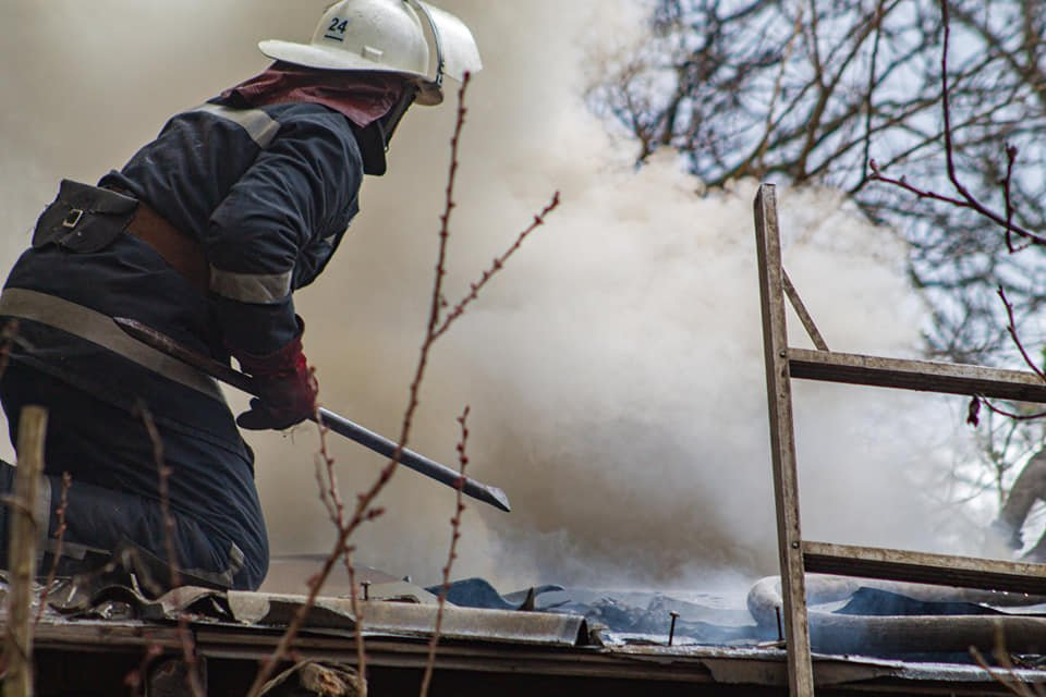 У Лозовій пожежні врятували житловий будинок від займання (ВІДЕО), фото-2