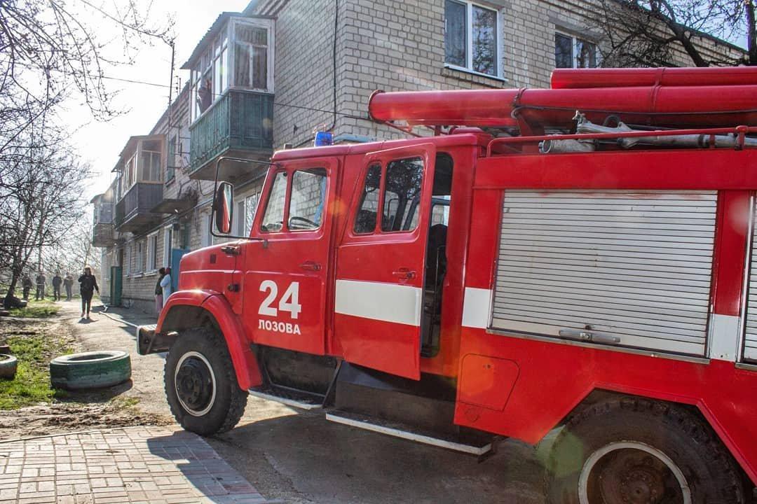 Двоє людей у лікарні: у Лозовій на «доміках» згоріла квартира, фото-1