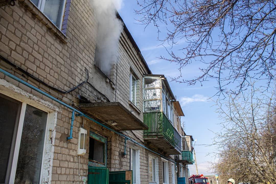 Двоє людей у лікарні: у Лозовій на «доміках» згоріла квартира, фото-2