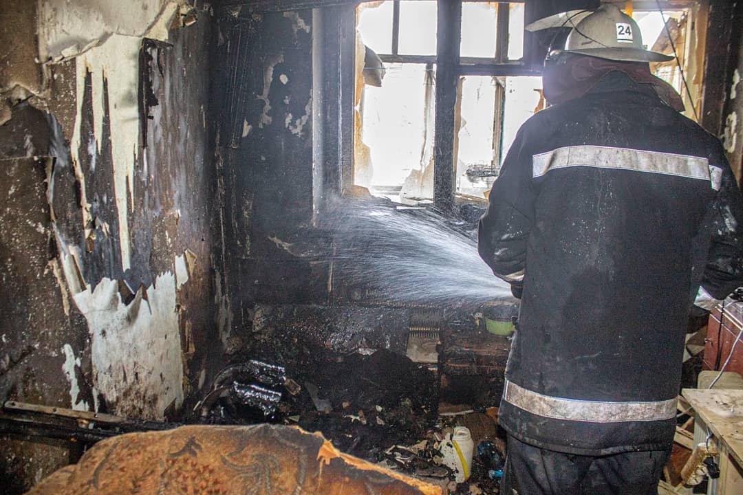 Двоє людей у лікарні: у Лозовій на «доміках» згоріла квартира, фото-3