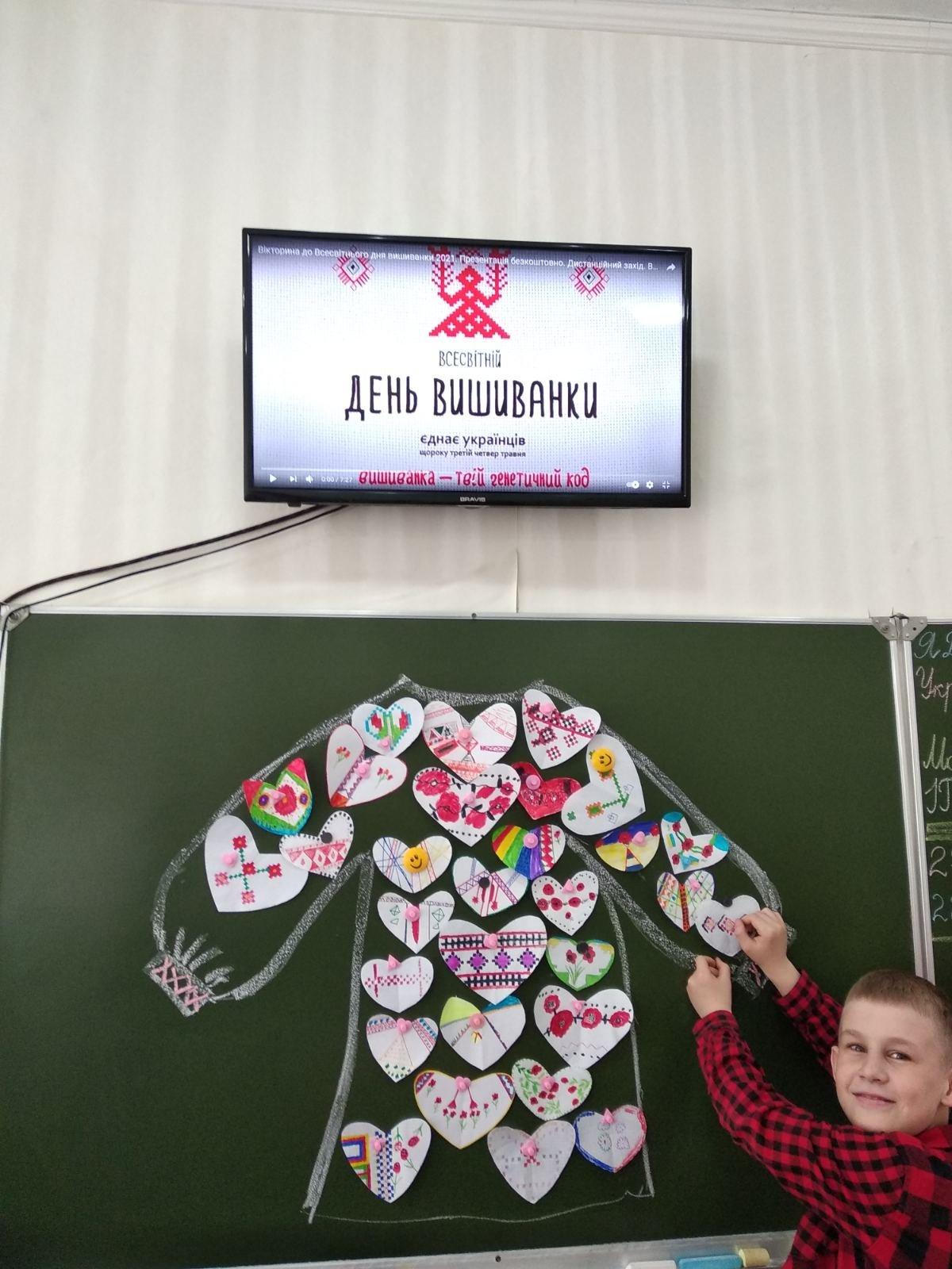 Долучилися цілими колективами: як лозівчани відзначають День вишиванки, фото-42