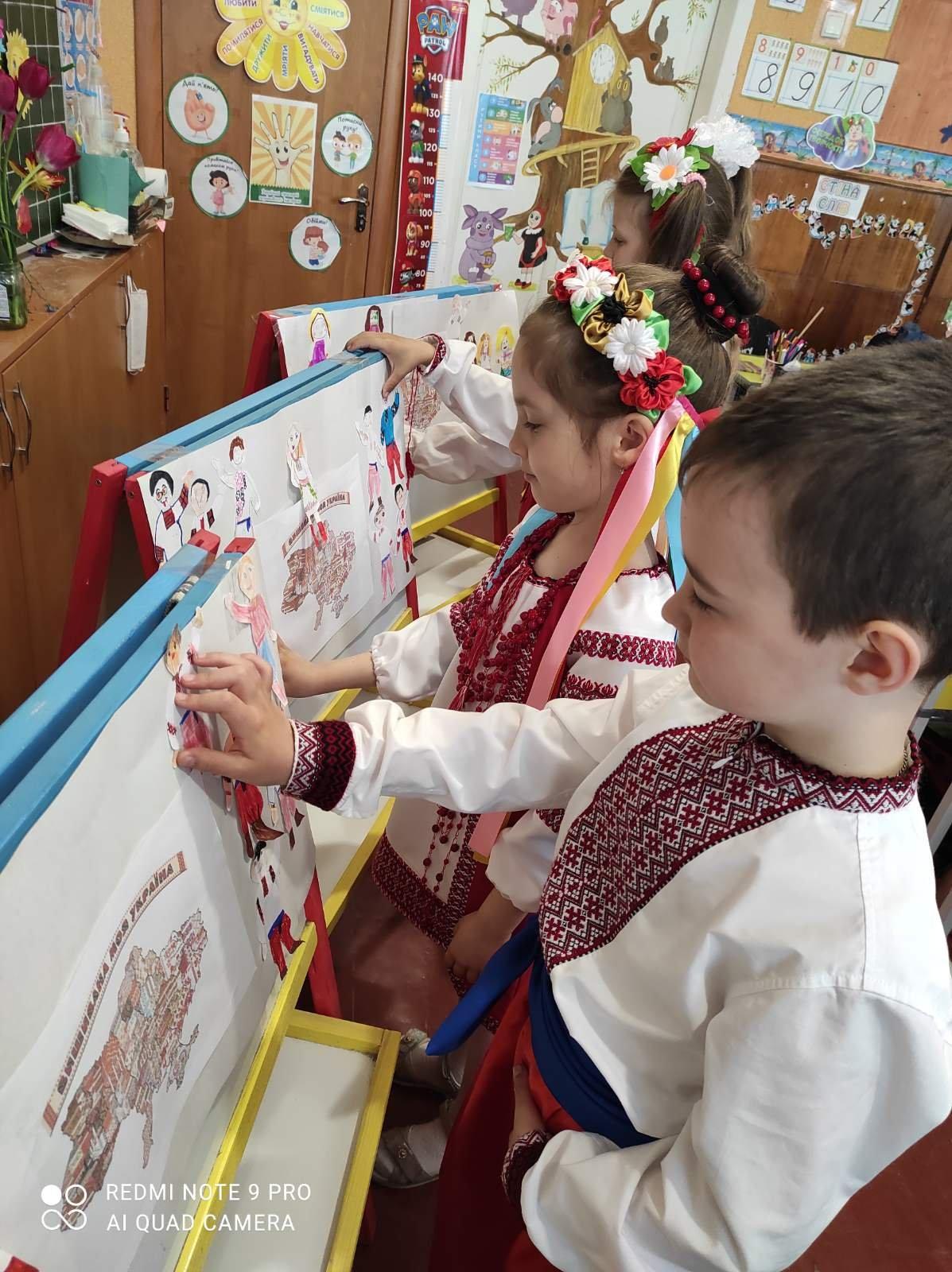 Долучилися цілими колективами: як лозівчани відзначають День вишиванки, фото-44