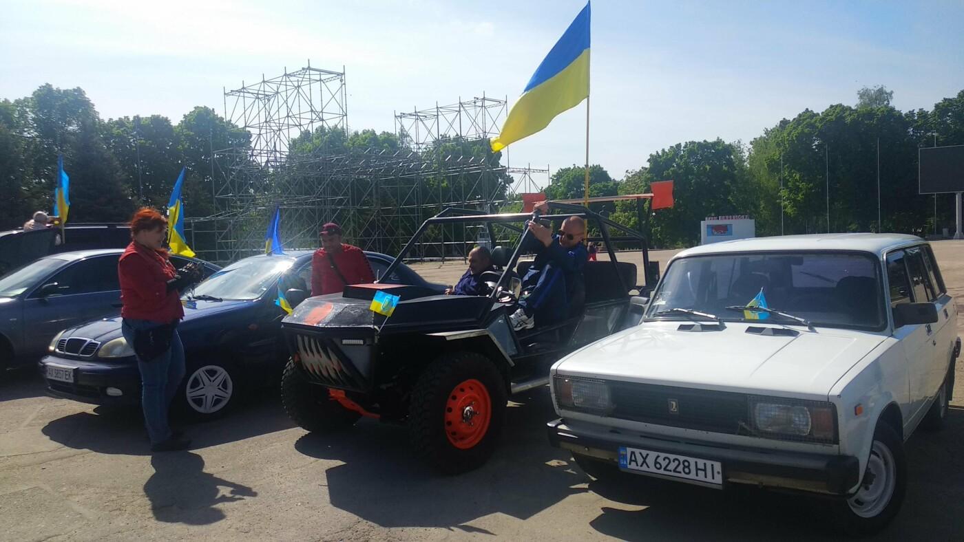 Автопробіг з прапорами та мітинг: у Лозовій відзначили День Героїв України , фото-3